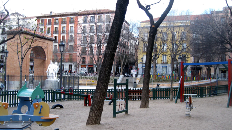 Parque infantil en la plaza del Dos de Mayo