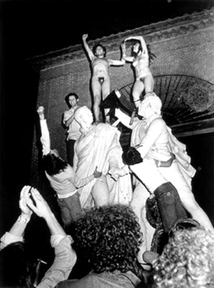 Imagen icуnica de la movida madrileсa en plaza del Dos de Mayo. 1976