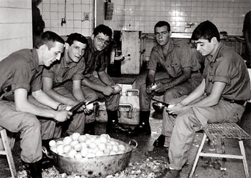 Pelando patatas en la cocina