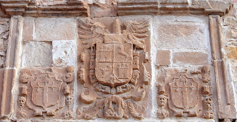Escudos en la portada del Pуsito