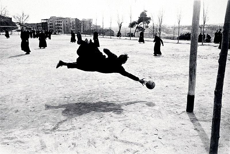 Seminaristas jugando al fútbol