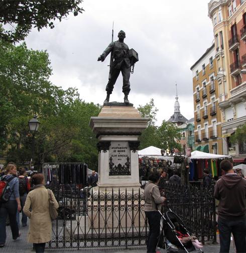 Estatua de Eloy Gonzalo en el inicio del Rastro